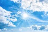A sunrays ragyogó kék ég a nap
