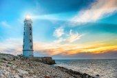 Reflektor majáku vzduchem moře při západu slunce