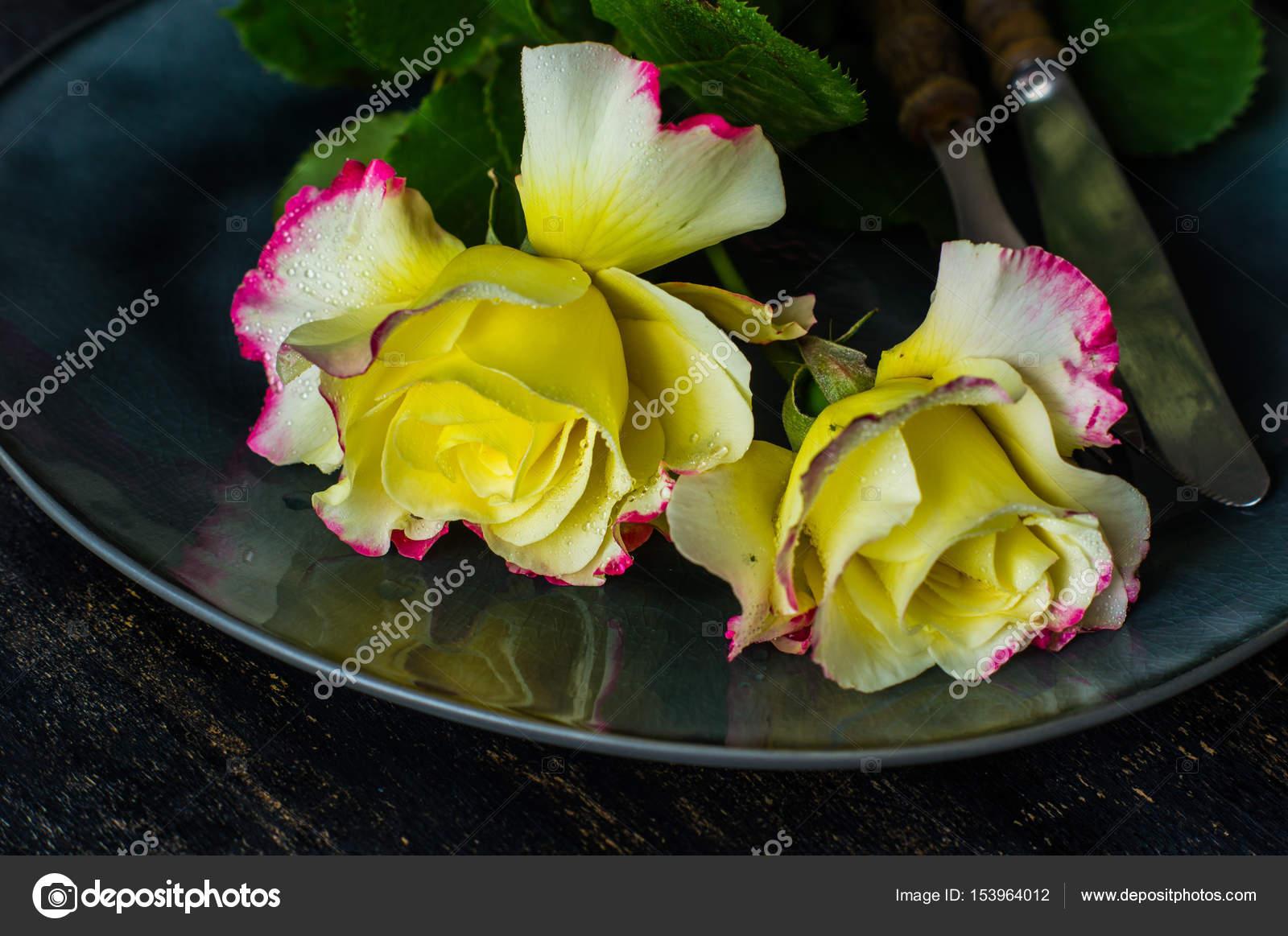 Sommer Tischdekoration Mit Rosen Stockfoto C Elet 1 153964012