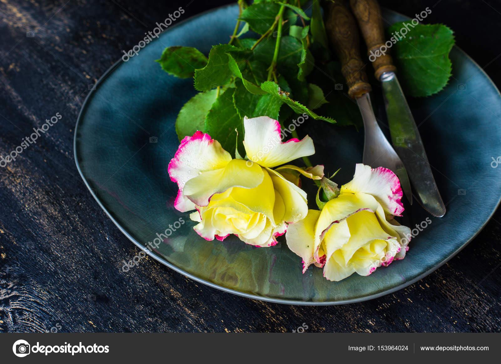 Sommer tischdekoration mit rosen stockfoto elet 1 153964024 - Tischdekoration mit rosen ...