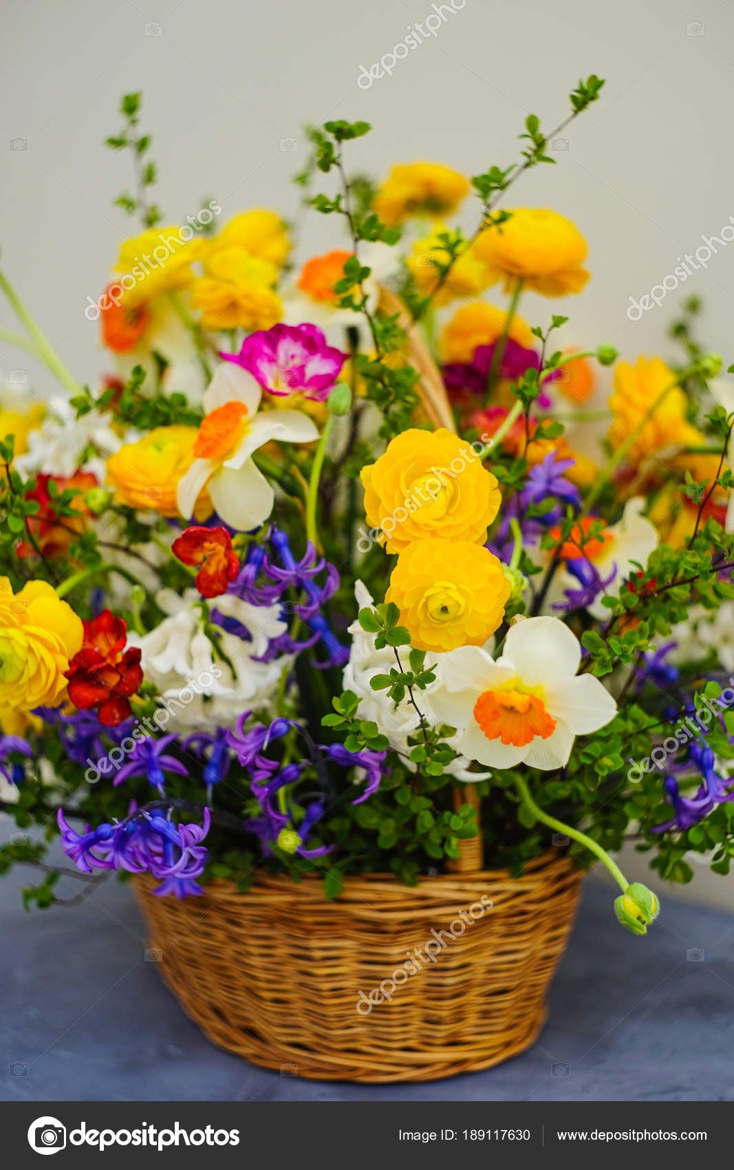 Summer bouquet with bright yellow and white flowers — Stock Photo ...