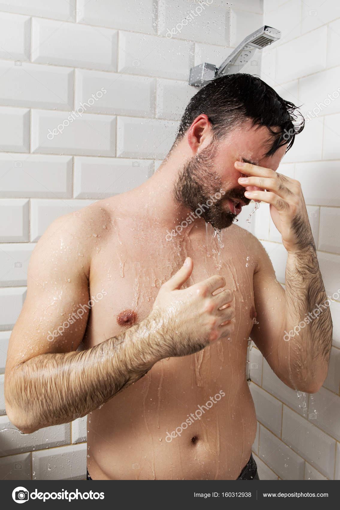 nackt duschen mann