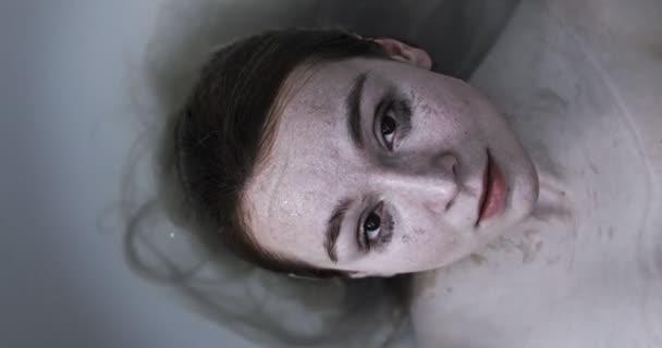 Emoční poprtrait mladá žena ve vodě.