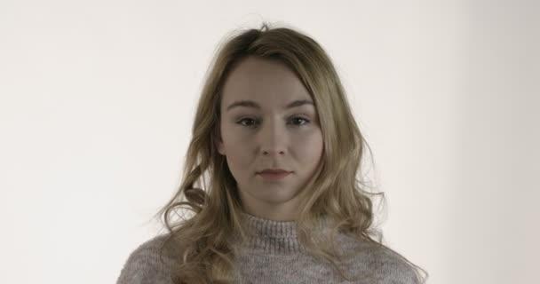 Mladá žena ukazuje gesto ticha