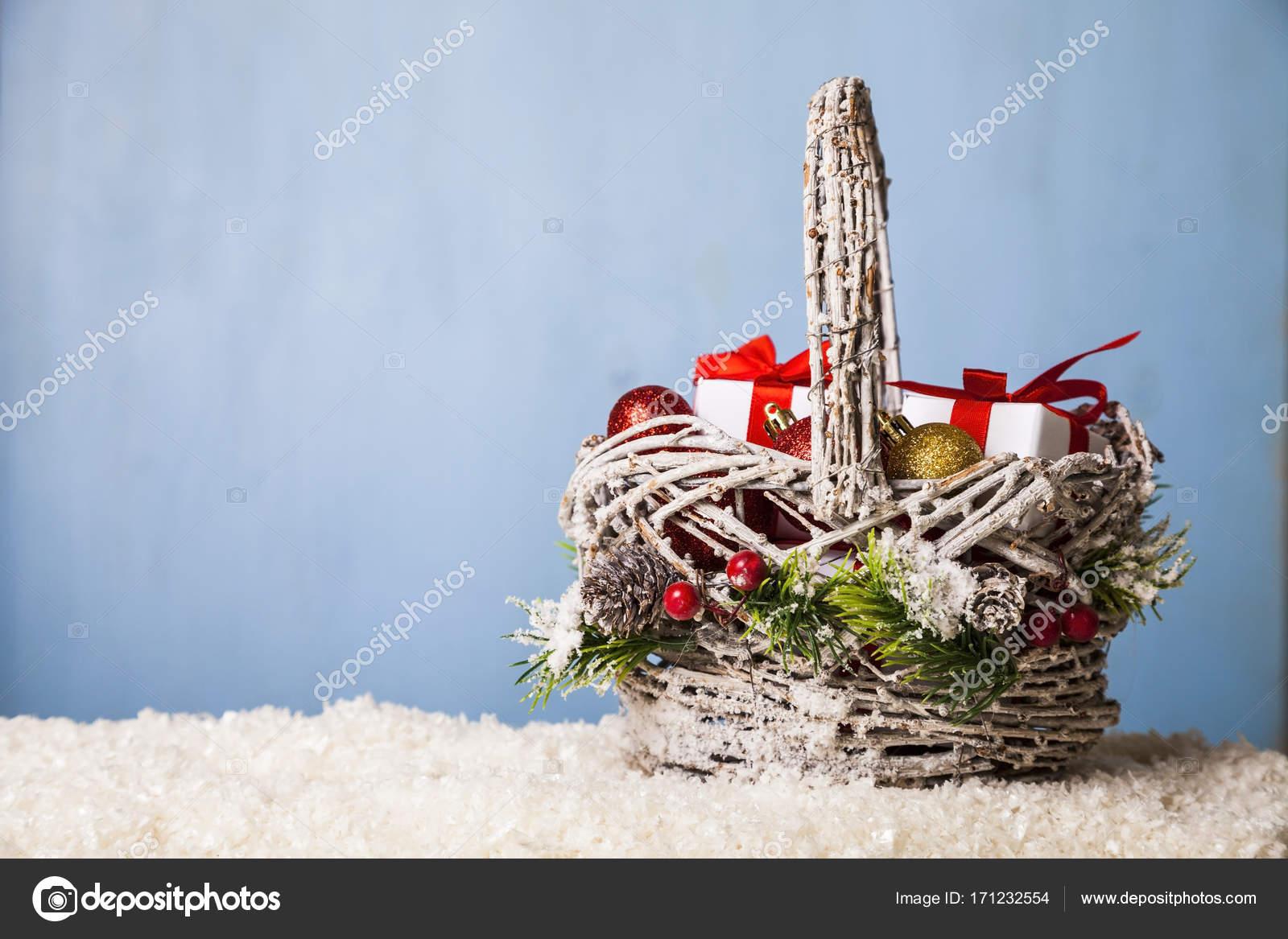 Korb mit Weihnachtsgeschenke im Schnee — Stockfoto © Enika100 #171232554