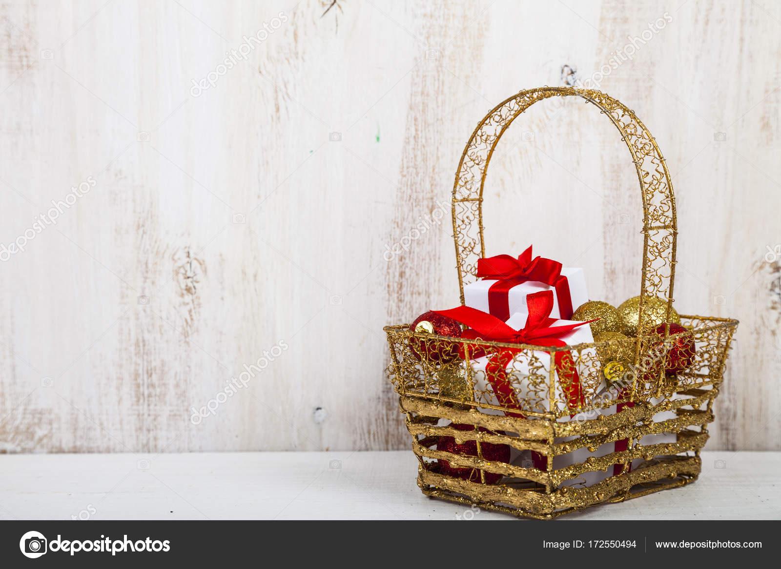 Goldenen Korb mit Weihnachtsgeschenke — Stockfoto © Enika100 #172550494