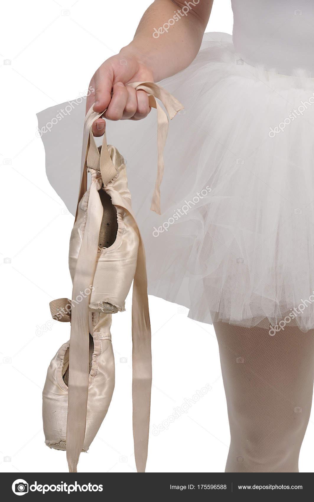 8827942afd Bailarina profissional mulher segurando suas sapatilhas — Fotografia por ...