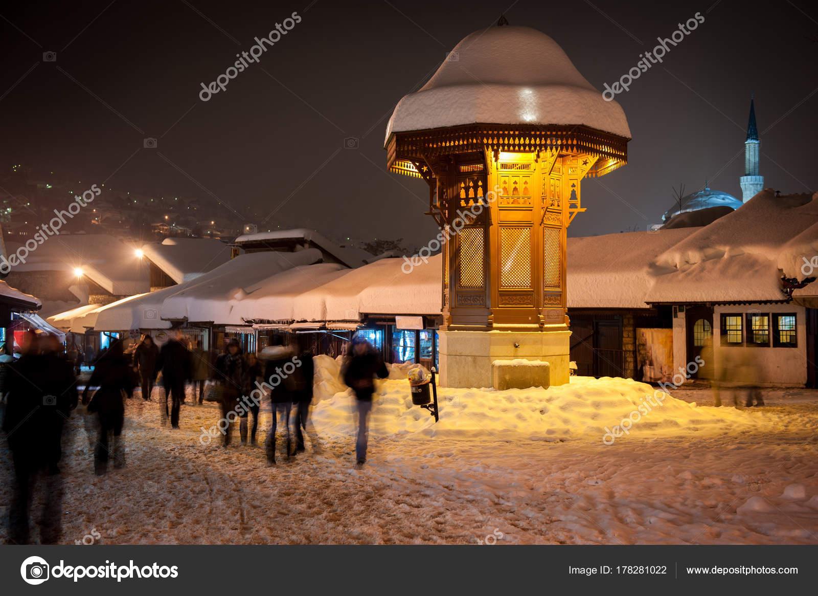 Sebilj Während Schöne Winternacht Alte Stadt Von Sarajevo Ist Ein ...