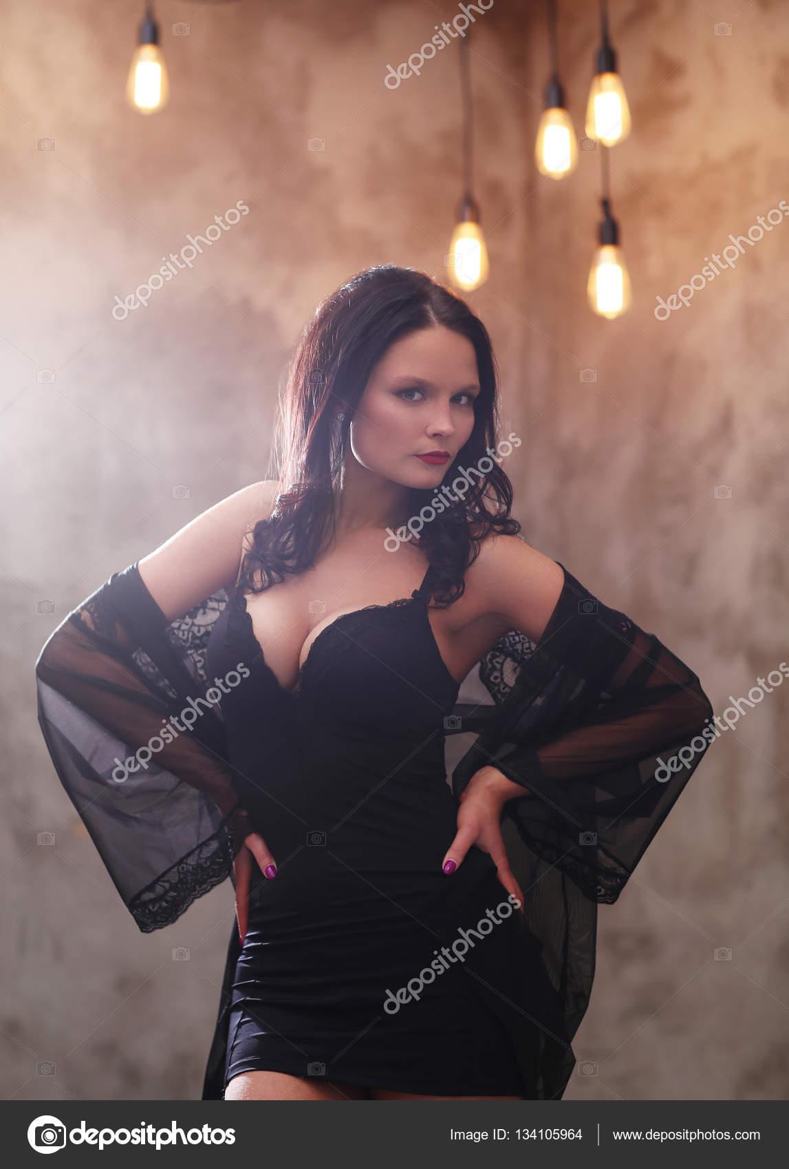 3ef3e122aee1 Bella bella ragazza in abbigliamento di sera — Foto di yekophotostudio