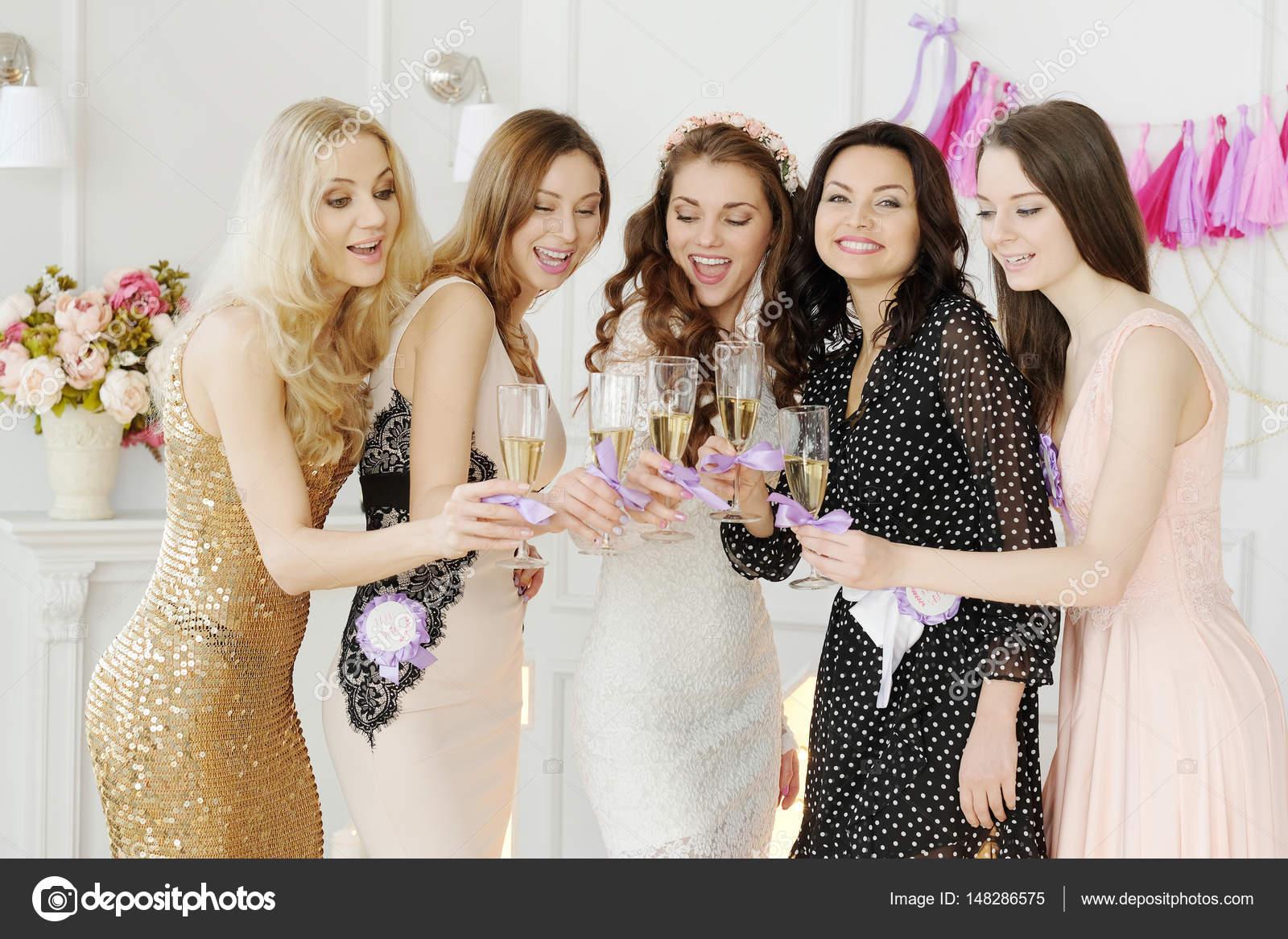 Frauen feiern Junggesellenabschied — Stockfoto © yekophotostudio ...