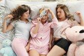 Dívky v pyžamu ležel v posteli