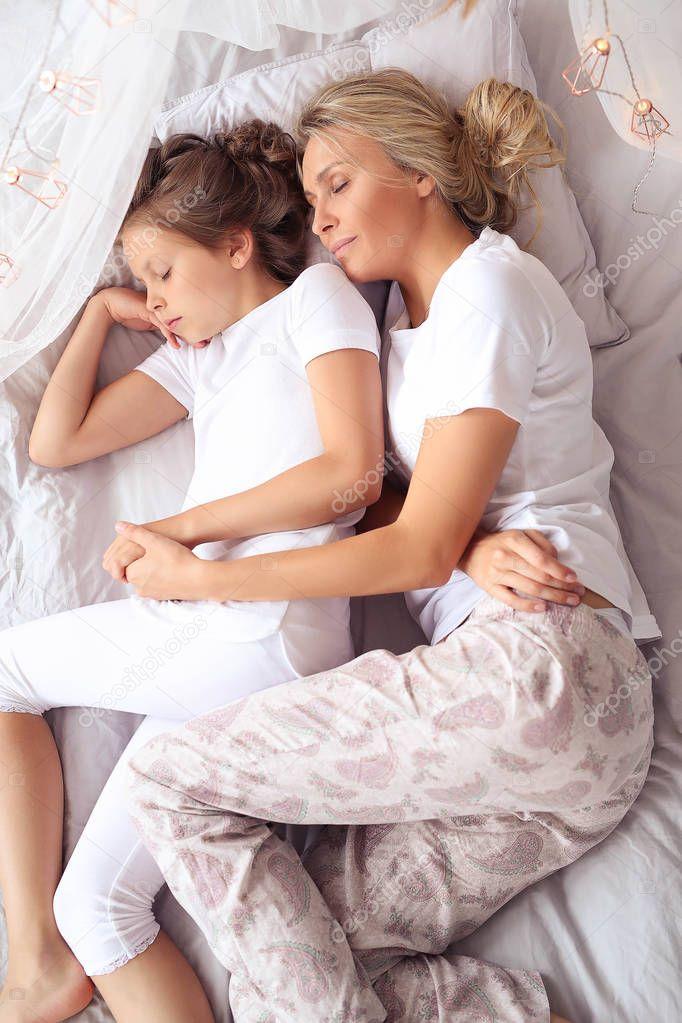 В постели с мамочкой, любительницы трахаться в перчатках