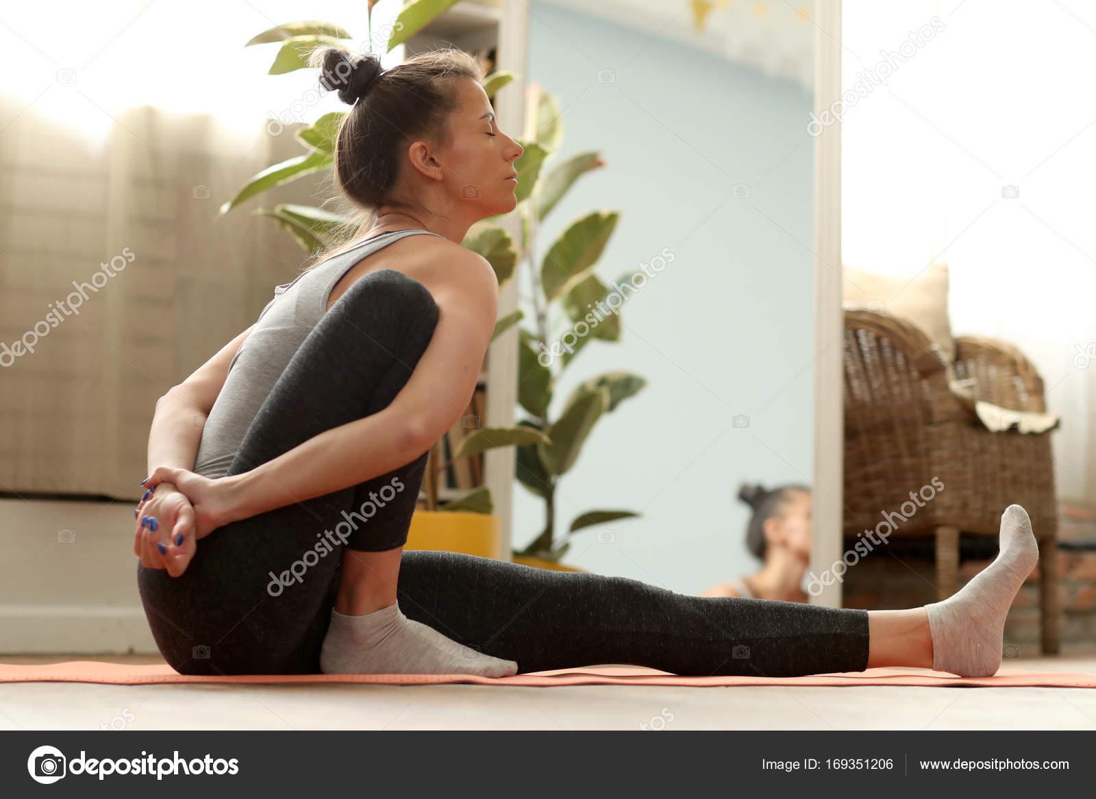 Junge Natürliche Frau Praktizieren Yoga Hause — Stockfoto ...