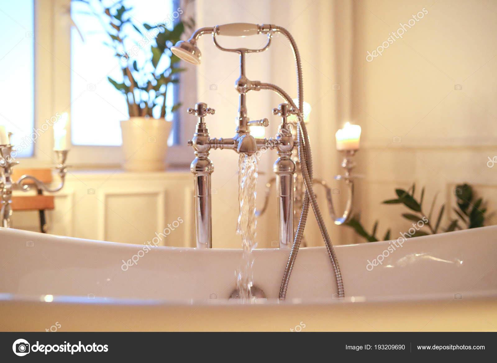 Vasca Da Bagno Romantica : Interno del bagno romantico con candele vasca bagno u foto stock