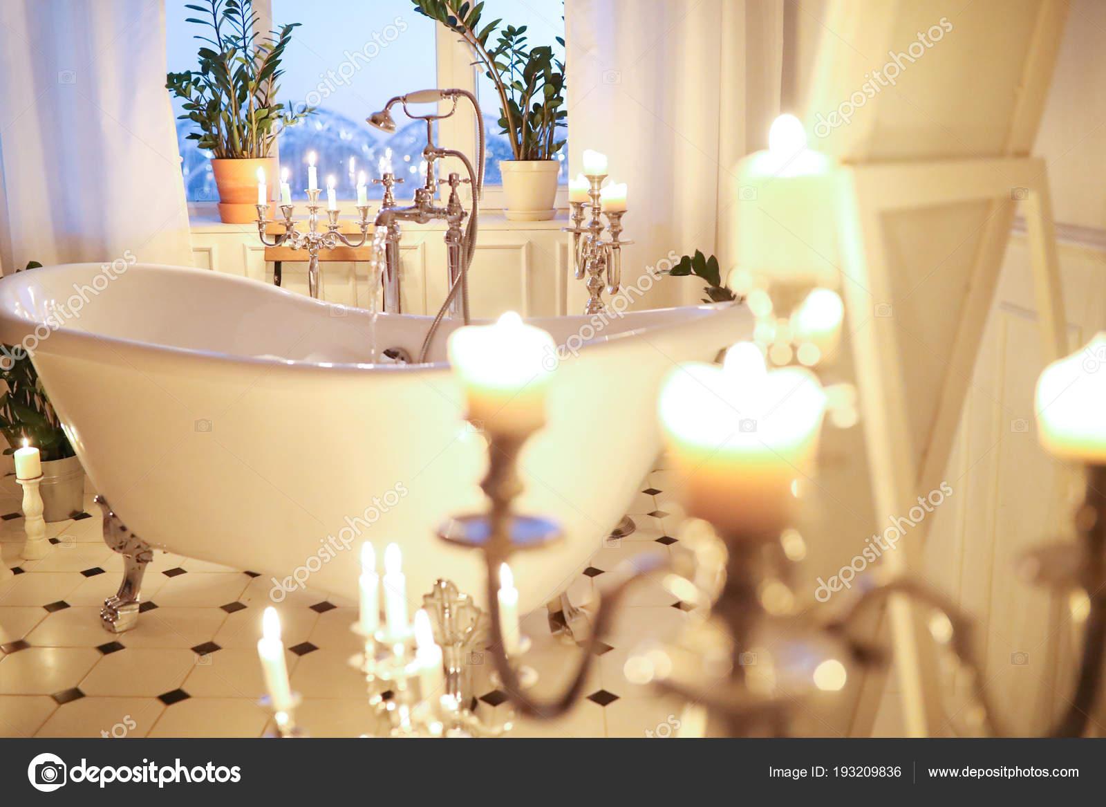 Intérieur Salle Bain Romantique Avec Bougies Baignoire ...