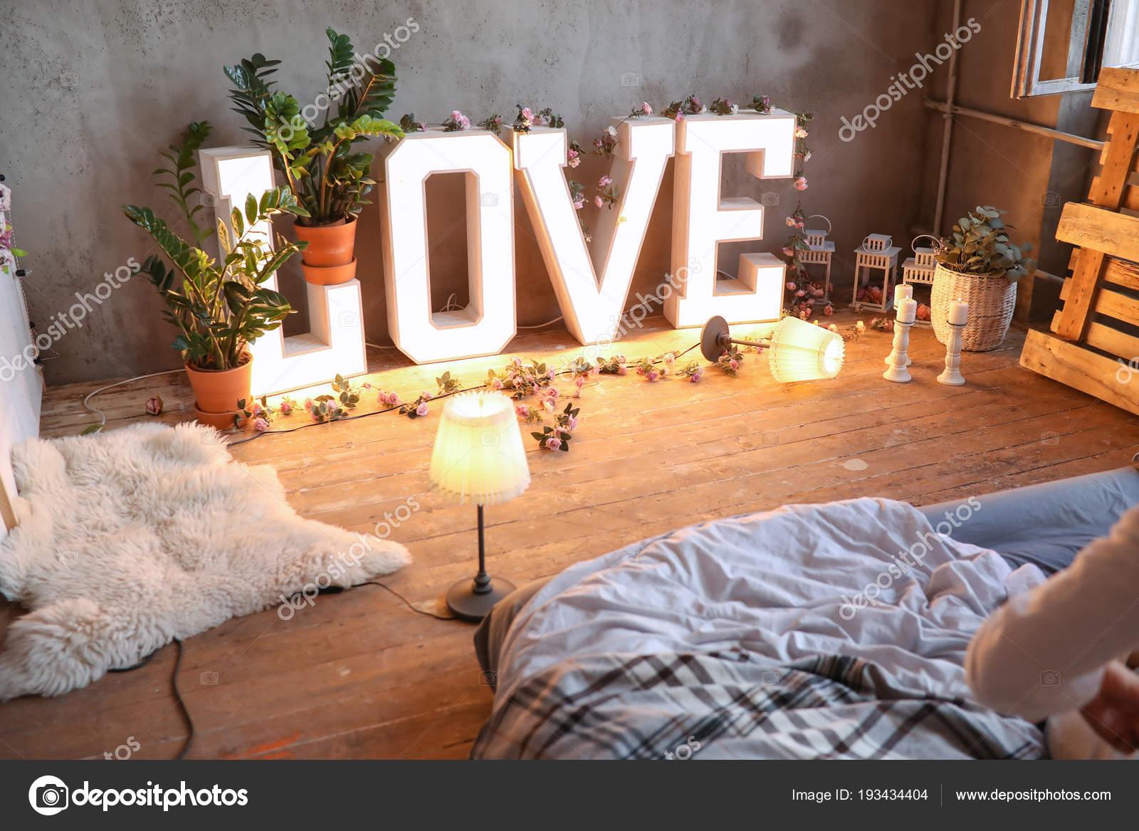 Schon Gemütliche Romantische Schlafzimmer Innenraum Mit Love Schriftzug Dekor U2014  Stockfoto