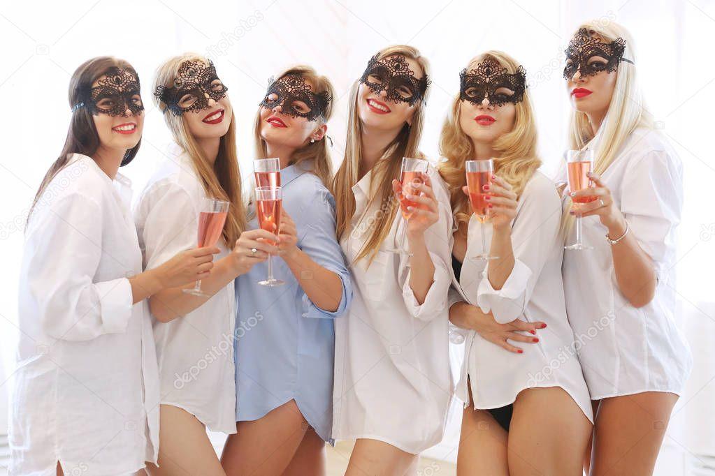 Junge Schöne Frauen Masken Posiert Auf Bridal Dusche