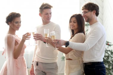 people clanging glasses of champagne together at wedding party