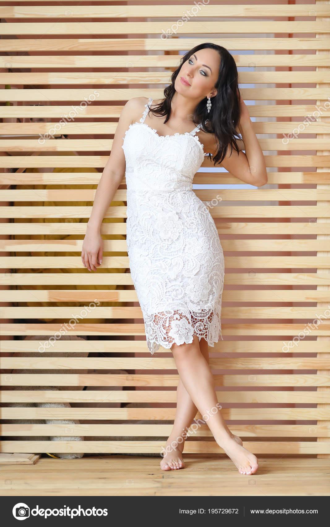 Hermosa Mujer Madura Con Vestido Blanco Elegante Foto De