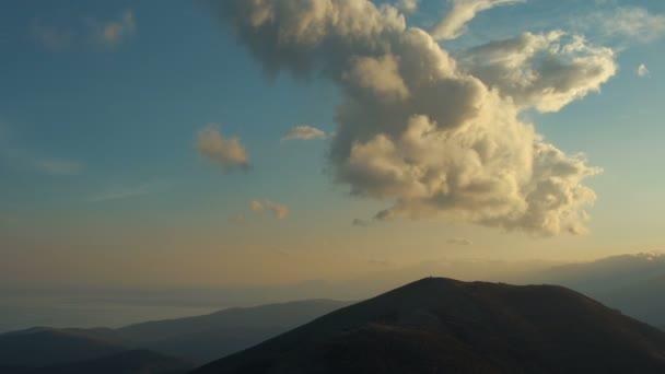 Malebný západ slunce nad horami