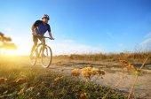 Muž cyklista na koních venkova polní cesta