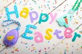 Frohe Ostern Satz aus Stoff Buchstaben auf weißem Tisch