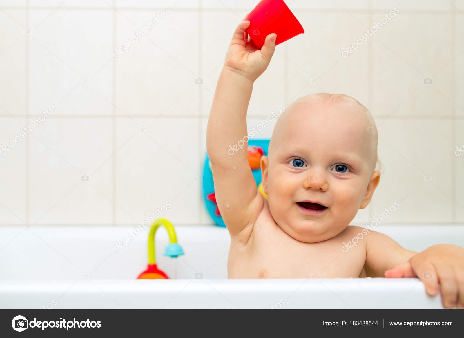 Vasca Da Bagno Neonato : Neonato che prendendo un bagno giocare in una vasca da bagno u2014 foto