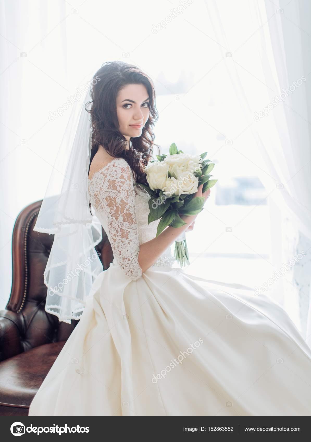 fe4ba05486fc724 Красивая молодая невеста в белом свадебном платье позирует в студии — Фото  автора ...