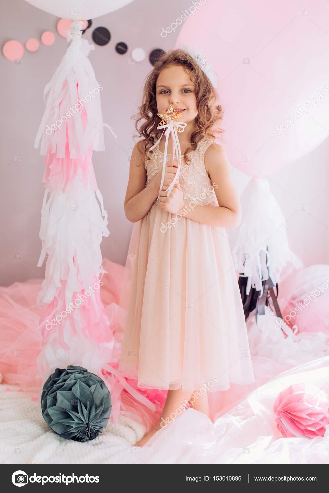 niña en sala de fiesta de cumpleaños — Fotos de Stock © Forewer ...