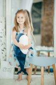 Roztomilá holčička v šatech s velryba hračka doma, šťastné dětství koncept