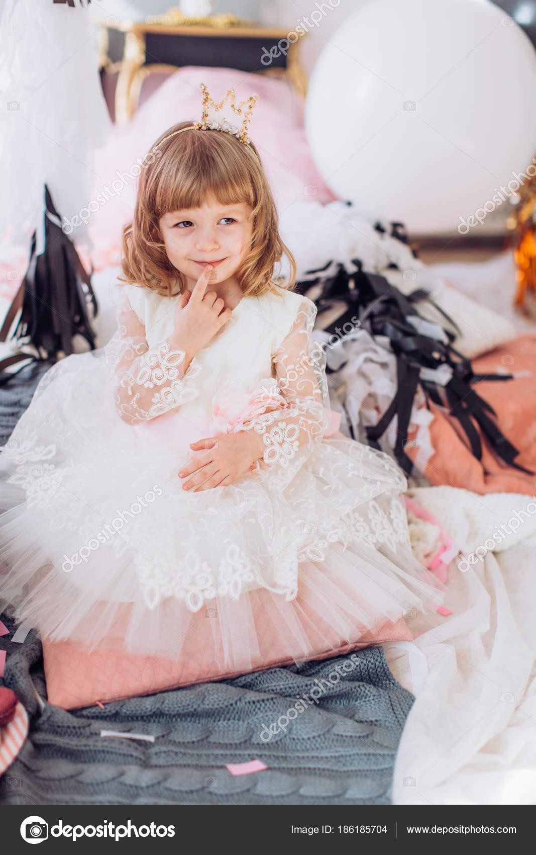 Niedliche Kleine Mädchen Kleid Raum Auf Geburtstagsparty — Stockfoto ...
