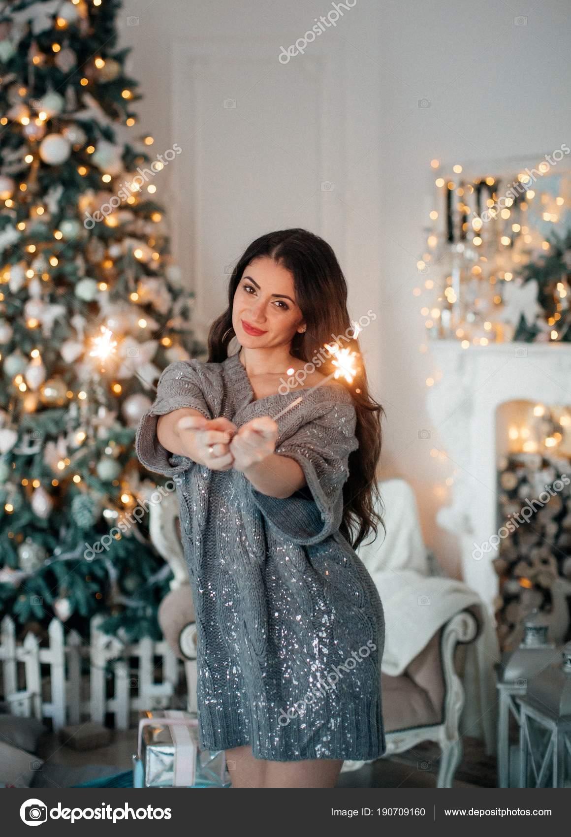 acea808a6a Hermosa Mujer Vestido Cerca Árbol Navidad Posando Casa — Fotos de Stock