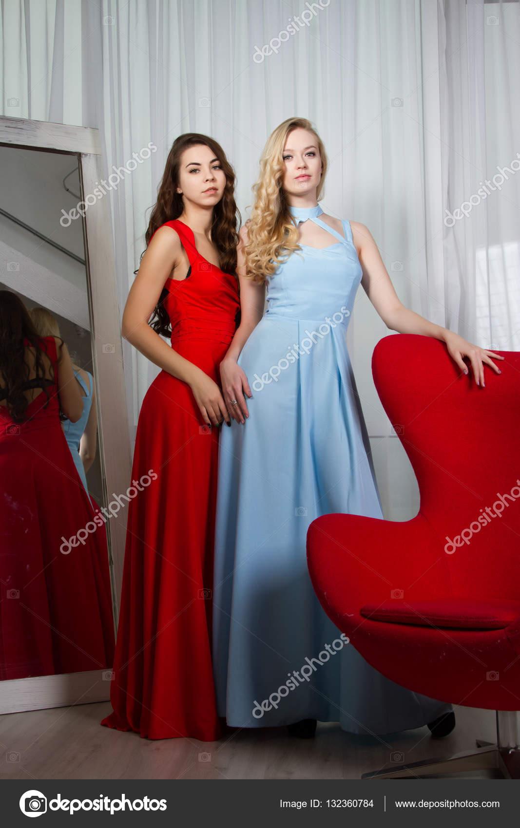 d63a175e05fb Due giovani donne sexy in abiti da sera lunghi — Foto di MomSirk
