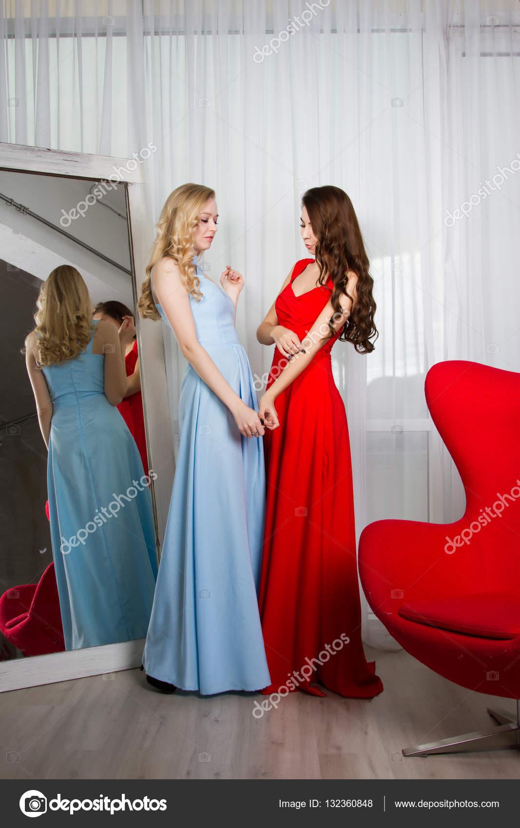 1c6baac3c7ba Due giovani donne sexy in abiti da sera lunghi — Foto di ...
