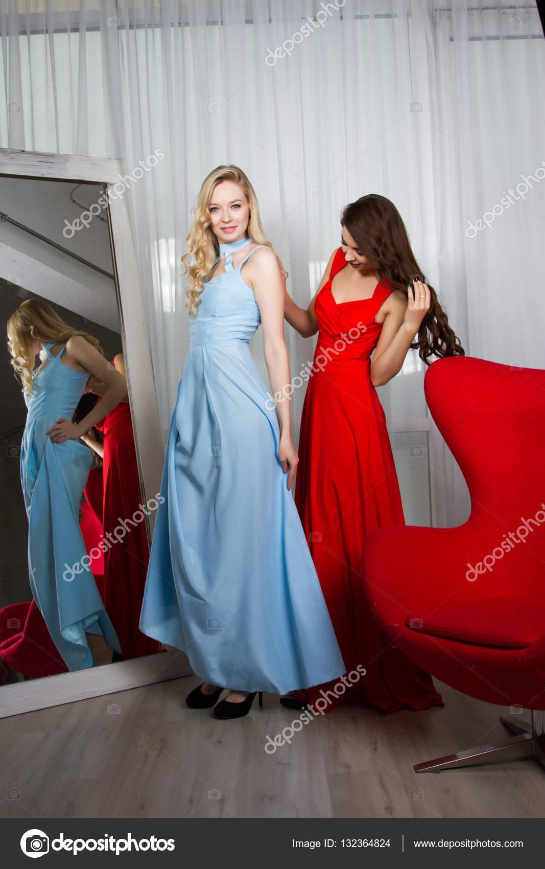 4a59f227e2b4 Due giovani donne sexy in abiti da sera lunghi — Foto Stock ...