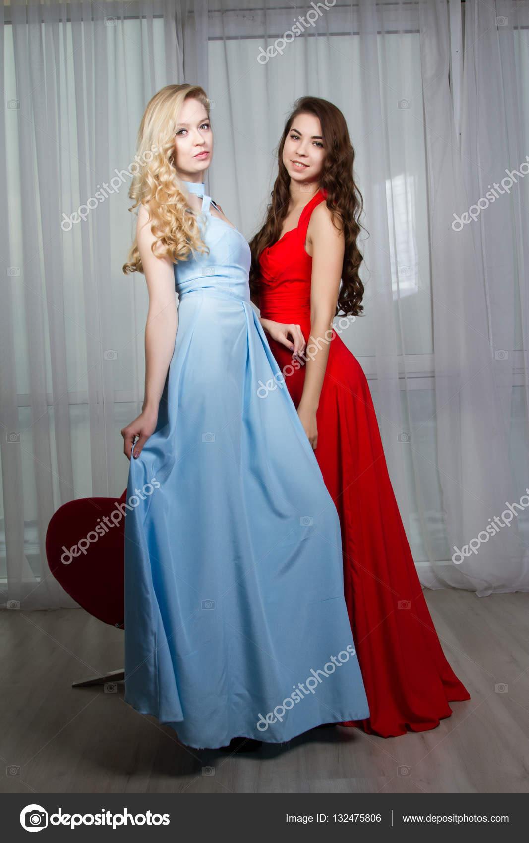 Zwei sexy junge Frauen in lange Abendkleider — Stockfoto © MomSirk ...