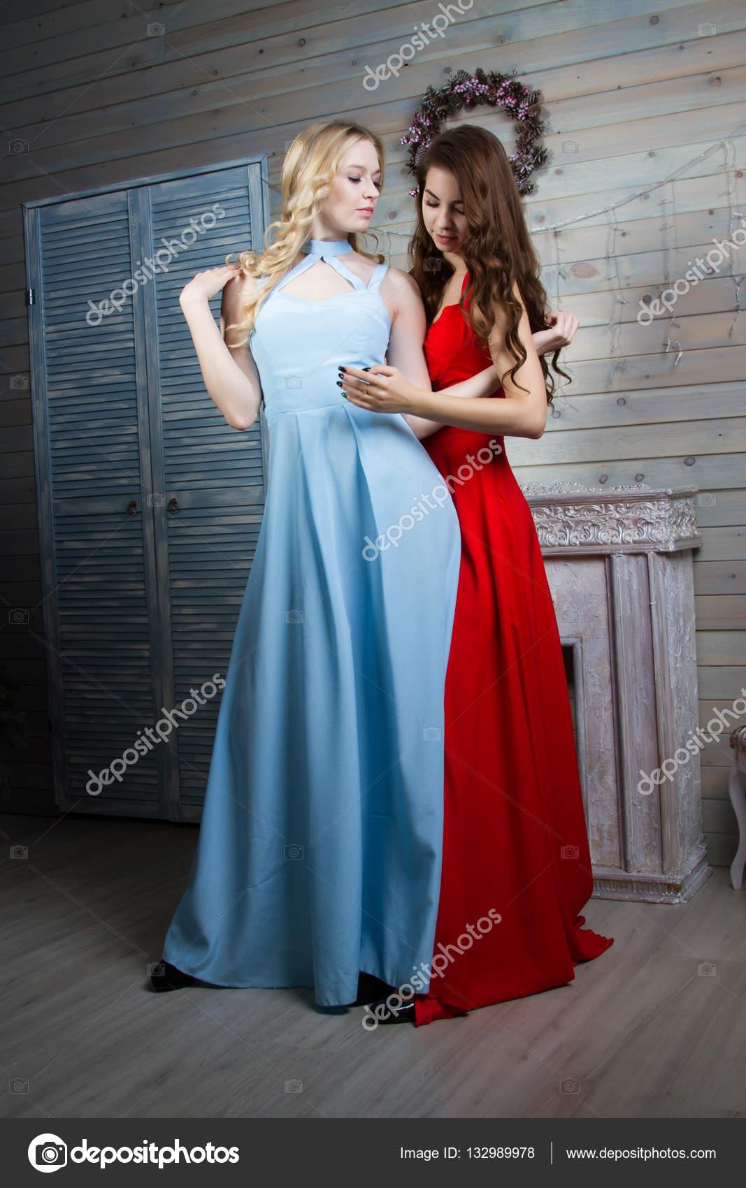 Raum In Kleidern Einem Junge Zwei Kamin Mädchen Langen Mit UMVzpS