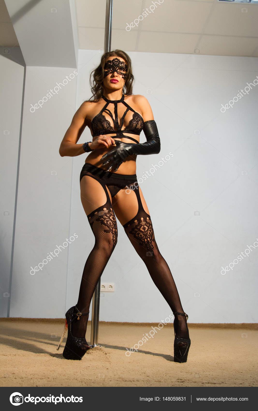 742b24fdc3e7 Garota vestindo uma máscara de laço e lingerie é dançar no sexto striptease  — Fotografia de