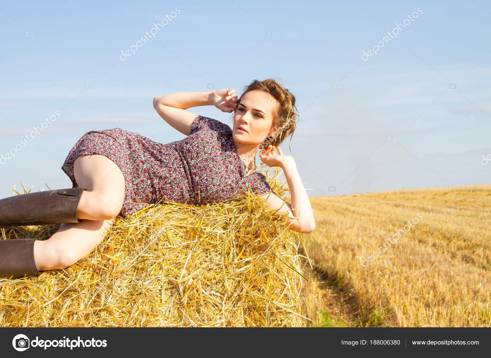 Giovane contadina trova campo una balla paglia foto for Piani di casa di balla di fieno