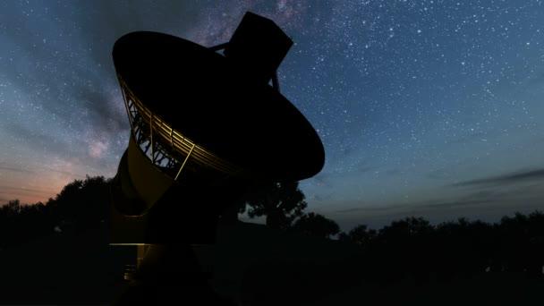 Mléčná způsobem Galaxy noční Timelapse průchodů obří satelitní parabolu. Prvky tohoto obrázku jsou podle Nasa