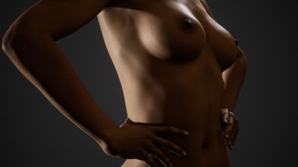 schöne nackte Körper der jungen und sexy Frau