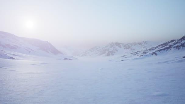 Légi táj havas hegyek és jeges partok az Antarktiszon