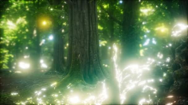 Glühwürmchen fliegen im Wald
