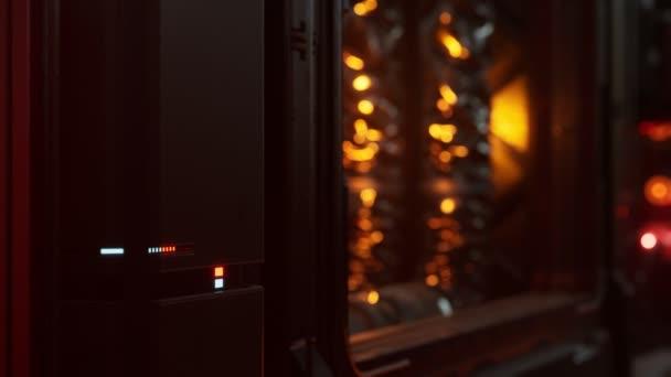 futuristisches dunkles Rechenzentrum mit Metall und Licht