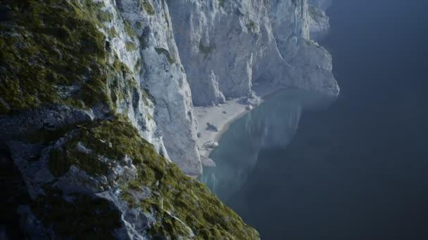 Norvégia szigetei sziklákkal és sziklákkal