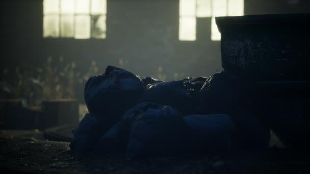 Odpadkové pytle na ulici města na noc