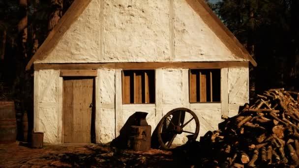 régi faház az őszi erdőben