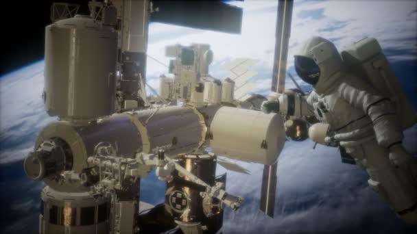 Mezinárodní vesmírná stanice a kosmonaut ve vesmíru nad planety země