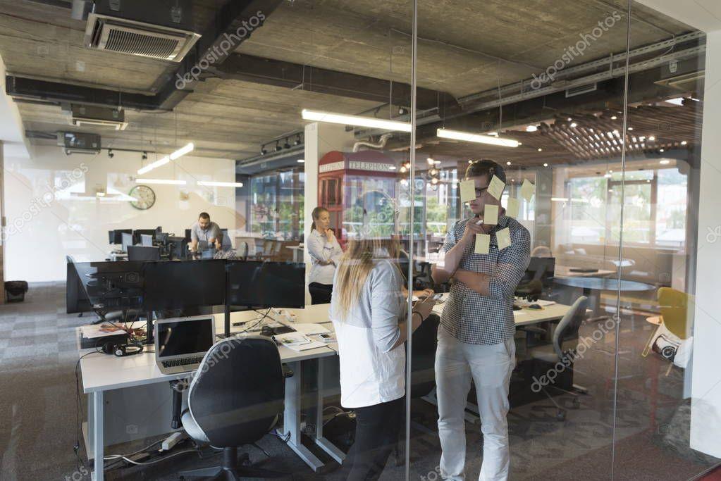 Jeune couple au bureau moderne intérieur écrit note sur