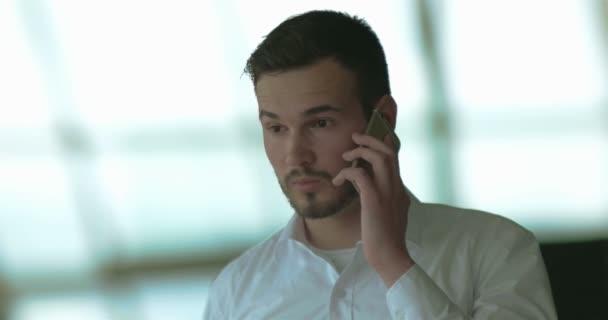 uvolněné mladý podnikatel mluvící smart telefonu